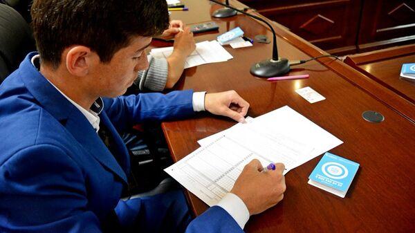 Абитуриент на вступительном экзамене, архивное фото - Sputnik Таджикистан