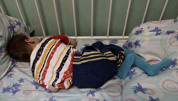 Ребенок в детском доме-интернате, архивное фото - Sputnik Таджикистан
