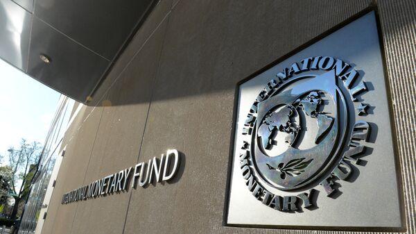 Табличка с логотипом Международного валютного фонда на стене здания МВФ, архивное фото - Sputnik Таджикистан
