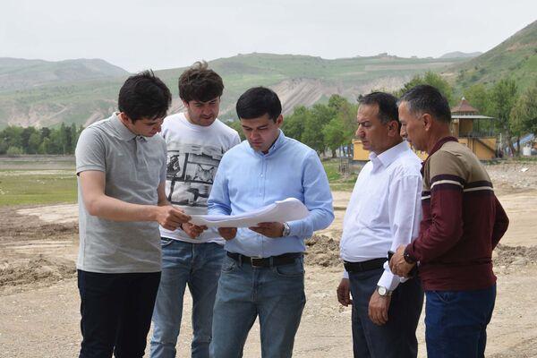 Баходур Исхоков, директор Сафед-Дары, в центре - Sputnik Таджикистан