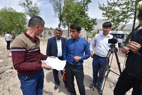 Показывается образец песка для пляжа - Sputnik Таджикистан