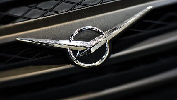 Эмблема УАЗ на автомобиле - Sputnik Таджикистан