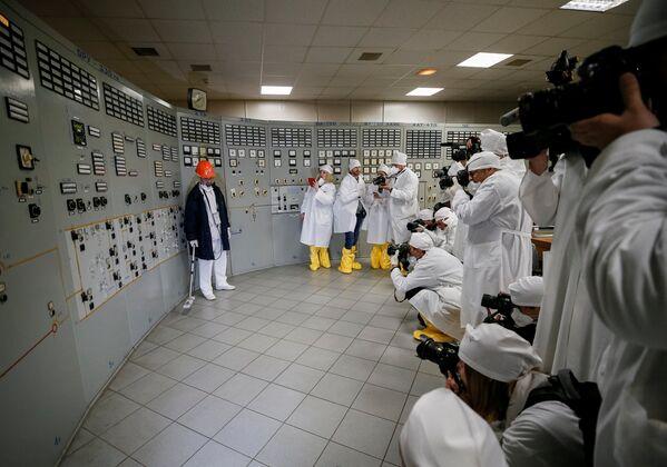 Сотрудник ЧАЭС измеряет уровень радиации в третьем реакторе - Sputnik Таджикистан