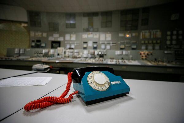Телефон в центре управления остановленного третьего реактора на Чернобыльской атомной электростанции - Sputnik Таджикистан