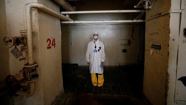 Сотрудник ЧАЭС в коридорах третьего реактора - Sputnik Таджикистан