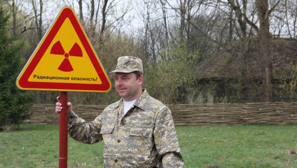 Участники пресс-тура охотно позировали со знаками радиационной опасности - Sputnik Таджикистан