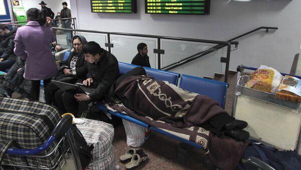 Пассажиры в аэропорту в ожидании вылета, архивное фото - Sputnik Таджикистан