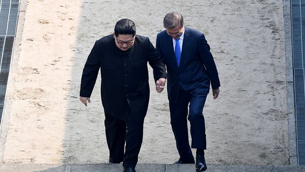 Лидеры КНДР и Южной Кореи Ким Чен Ын и Мун Чжэ Ин на встрече на демаркационной линии между двумя странами в пункте переговоров Пханмунджом. Южная Корея 27 апреля 2018 года - Sputnik Тоҷикистон