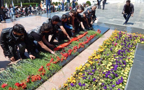 Возложение цветов у Вечного огня в Парке Победы участниками мотоклуба Ирбис - Sputnik Таджикистан