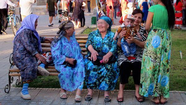 Пожилые женщины отдыхают на скамейке - Sputnik Таджикистан