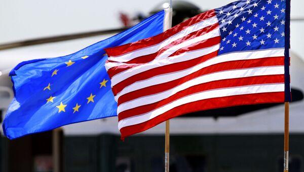Флаги США и Евросоюза - Sputnik Таджикистан
