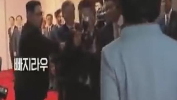 Лидер КНДР Ким Чен Ын оттолкнул фотографа, вставшего на пути его жены Ли Соль Чу - Sputnik Тоҷикистон