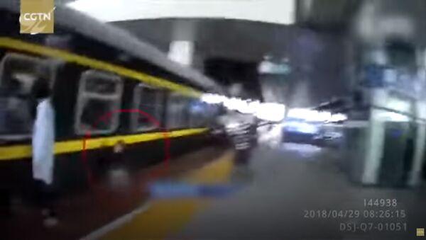Девочка упала под поезд, ее успели вытащить - Sputnik Тоҷикистон