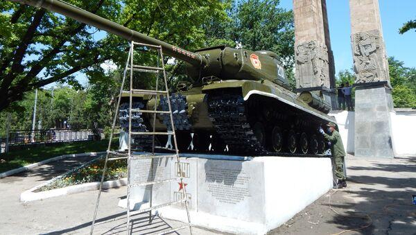 Военнослужащие 201 Российской военной базы провели подготовку к 9 мая памятников в Душанбе и Турсунзаде  - Sputnik Тоҷикистон