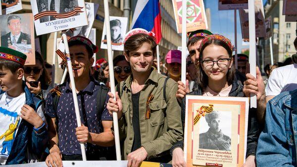 Таджики прошли Бессмертным полком по Москве в День Победы - Sputnik Таджикистан
