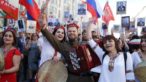 Участники Бессмертного полка 2018 года в Москве - Sputnik Таджикистан
