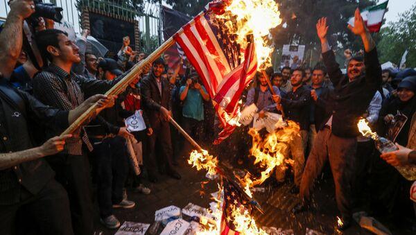 Сжигание американского флага во время протестов в Тегеране, Иран  - Sputnik Тоҷикистон