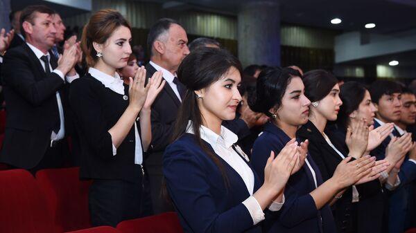 Девушки аплодируют президенту Таджикистана - Sputnik Тоҷикистон