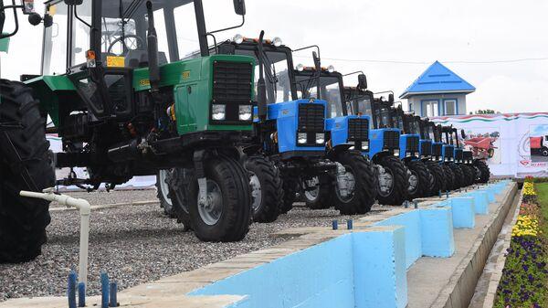 Сдача в эксплуатацию первой очереди совместного тракторостроительного предприятия Таджикистана и Беларуси в городе Гиссар - Sputnik Таджикистан