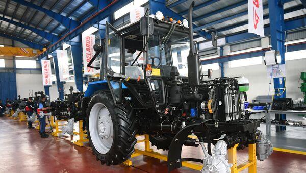 Сдача в эксплуатацию первой очереди совместного тракторостроительного предприятия Таджикистана и Беларуси в городе Гиссаре - Sputnik Таджикистан