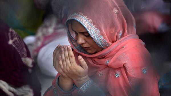 Женщина мусульманка молится, архивное фото - Sputnik Таджикистан