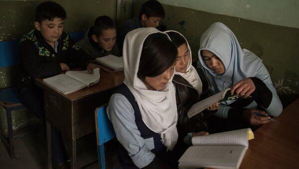 Ученики во время занятий в школе в Кабуле, архивное фото - Sputnik Тоҷикистон