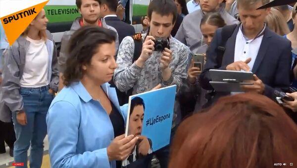 Митинг в поддержку арестованного на Украине журналиста Кирилла Вышинского - Sputnik Тоҷикистон