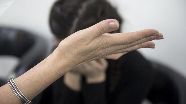 Женщина дает пощечину девушке. Архивное фото - Sputnik Тоҷикистон