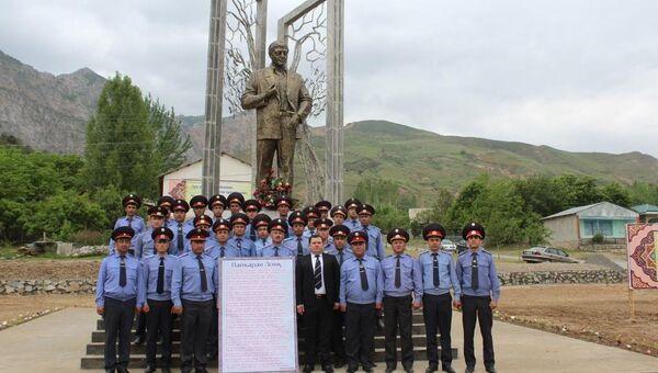 Таджикские милиционеры посетили дом-музей Лоика Шерали - Sputnik Тоҷикистон