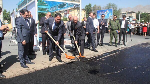 Председатель Согда лично взял лопату в руки и дал старт ремонту дорог в Худжанде - Sputnik Таджикистан