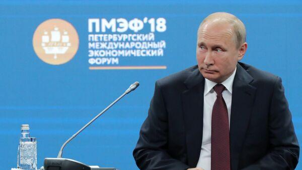 Президент РФ Владими Путин принял участие во втором дне работы ПМЭФ - 2018 - Sputnik Таджикистан
