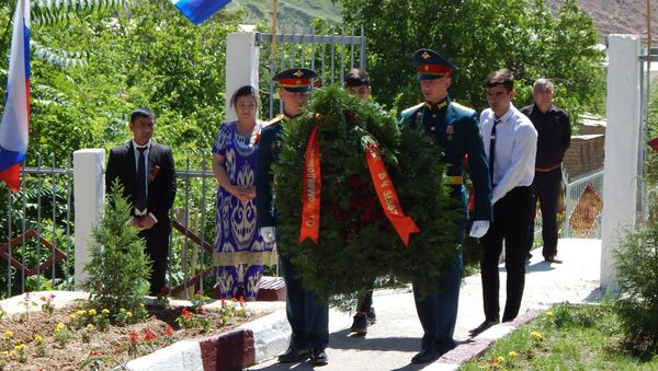 Военнослужащие 201-й РВБ почтили память героев - Sputnik Таджикистан
