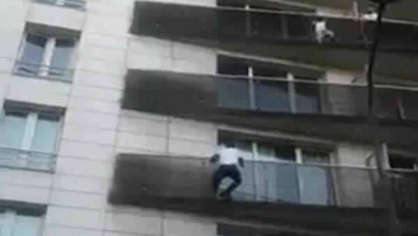 Мигрант во Франции спас ребенка, висящего на балконе пятого этажа - Sputnik Тоҷикистон