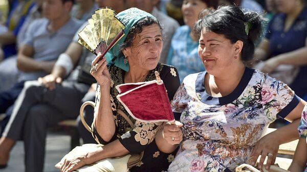 Узбекские женщины беседуют на улице, архивное фото - Sputnik Тоҷикистон