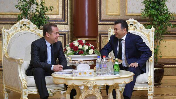 Председатель правительства РФ Дмитрий Медведев и премьер-министр Таджикистана Кохир Расулзода (справа) во время встречи в Душанбе - Sputnik Таджикистан