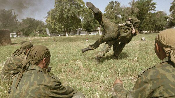 Солдаты отрабатывают технику рукопашного боя, архивное фото - Sputnik Тоҷикистон