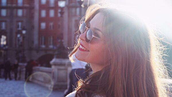 Девушка улыбается, архивное фото - Sputnik Тоҷикистон