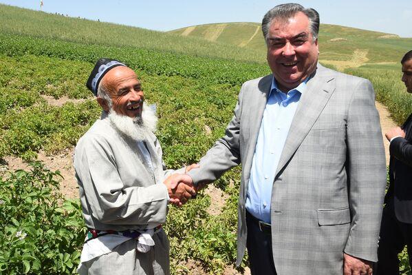 Рабочая поездка президента Таджикистана в Дангаринский район Хатлонской области - Sputnik Таджикистан