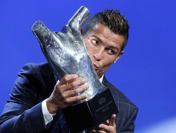 Игрок ФК Реал Мадрид Криштиану Роналду целует полученный трофей за лучшего игрока года по мнению УЕФА - Sputnik Таджикистан