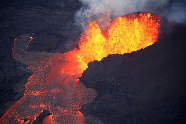 Лава из вулкана Килауэа на Гавайях - Sputnik Таджикистан