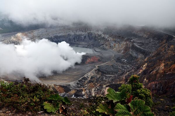 Вид на кратер вулкана Поас в Коста-Рике - Sputnik Таджикистан