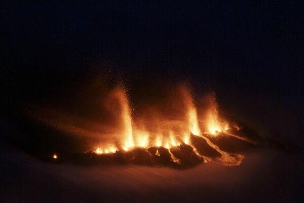 Снимок расплавленной лавы около ледника Эйяфьядлайекюдль в Исландии - Sputnik Таджикистан