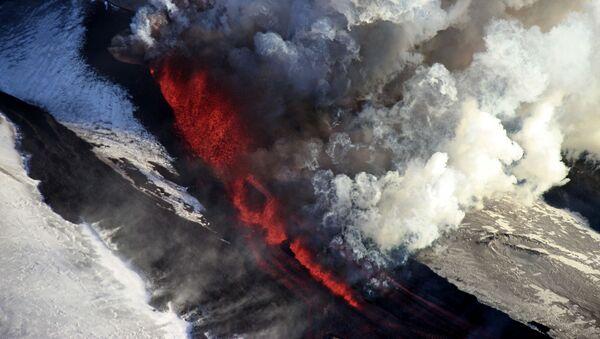 Извержение вулкана Плоский Толбачик на Камчатке - Sputnik Таджикистан