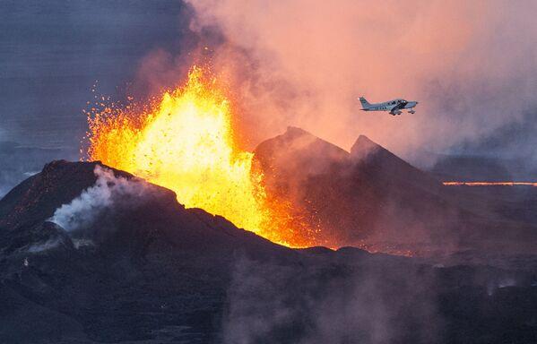Самолет пролетает над извергающимся вулканом Бардарбунга в Исландии - Sputnik Таджикистан