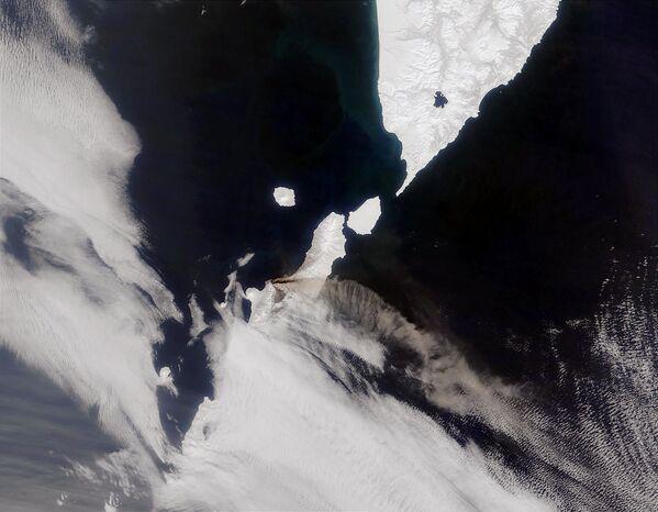 Снимок из космоса вулкана Чикурачки на Курильских островах - Sputnik Таджикистан
