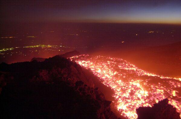 Извержение вулкана Этна в окрестностях итальянского города Катания - Sputnik Таджикистан