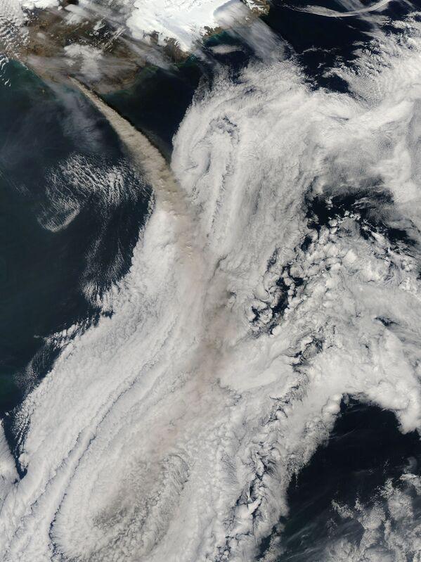 Снимок извержения вулкана Эйяфьядлайекюдль в Исландии - Sputnik Таджикистан