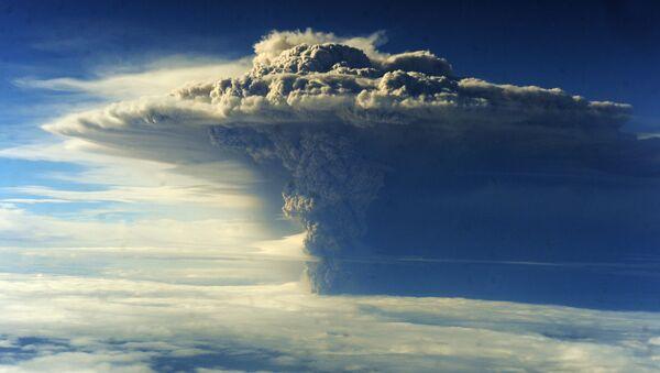 Снимок извержения вулкана Пуеуэ в Чили - Sputnik Таджикистан
