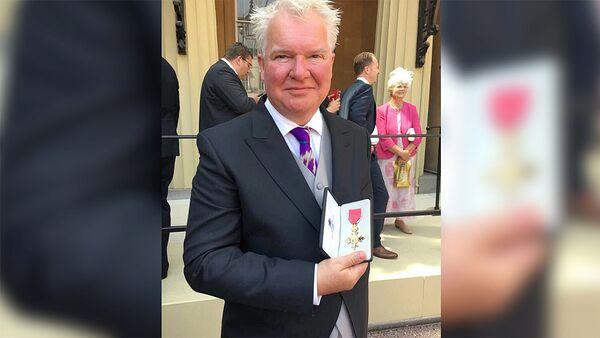 Посол Великобритании в Таджикистане Хью Филпот в галстуке от таджикского дизайнера Хуршеда Сатторова - Sputnik Таджикистан