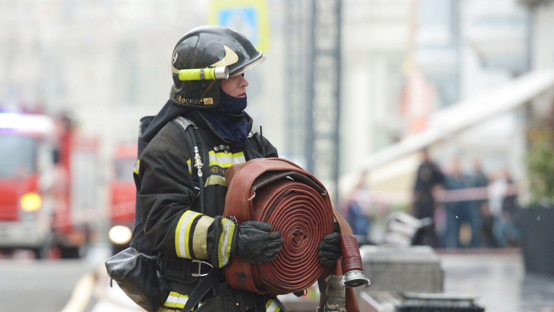 Сотрудник пожарной охраны, архивное фото - Sputnik Таджикистан, 1920, 07.06.2021